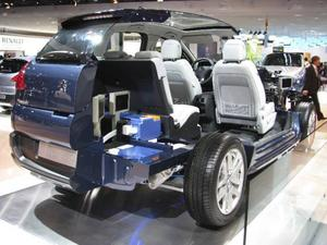 Peugeot visade sin första dieselhybrid 3008 produktionsfärdig i Paris. I denna uppskurna modell syns den avancerade tekniken som krävs i dagens hybrider. De blå paketen är batteripackarna som placerats i bagageutrymmet.