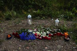 Saknad. Den förolyckade unge mannen lämnade sörjande vänner och släktingar bakom sig. Några valde under onsdagen att visa sin sorg genom att lägga ut blommor och tända ljus vid olycksplatsen. Foto:Dan Havemose