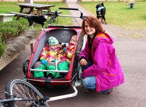 Tränare i Oxbergs IF och nyinflyttad, Linda Frisk med tvillingarna Siri och Tuva.