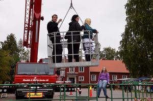 Anna, Erik och Evelina Östergård är på väg ner i korgen. Emilia Karlsson ser upp.