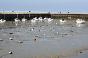 Båtar för boj i Port-in Bessin Huppain vid lågvatten. Foto: Johan Croon/TT