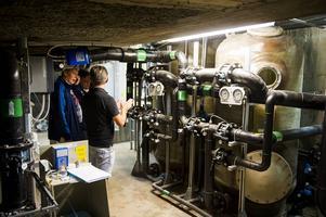 I källaren finns även de sandfilter som renar vattnet i barnbassängen. I varje filter ryms 1,5 ton sand.