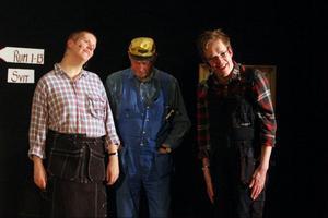 På premiären var nästan alla platser på Järpen bion fullsatta. Skådespelarna bjöd publiken på en underhållande historia som lockade till många skratt. Här ser vi Bodil Lögdberg, Anders Andersson och Mats Kristiansson