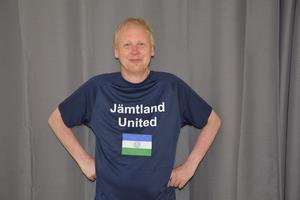 Eldsjälen Niclas Lidström, som ligger bakom de gemensamma länslagen i helgens 10-mila, i den specialgjorda lagtröjan för klubböverskridande Jämtland United.