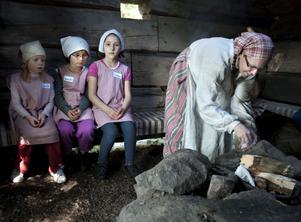 Pernilla Söderquist tänder en eld i eldhuset och berättar sedan om livet på fäboden.