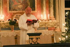 Tjänstgörande präst var Bo Lundmark som här läser julevangeliet.