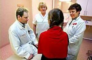 Patienten har kommit i centrum på ett tydligt sätt inom bröstcancersjukvården i Gävle. De olika specialisterna, här representerade av Johan Ahlgren, onkolog, Helen Stål, bröstcancersjuksköterska, och Christina Lindström, kirurg, arbetar tillsammans för patientens bästa. FOTO: LEIF JÄDERBERG