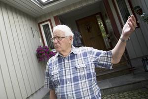 Det tog en kvart innan en chockad Jan-Eric Håkansson kunde gå in till sin son och berätta vad som hade hänt. Jan-Eric hyllar polisens arbete.