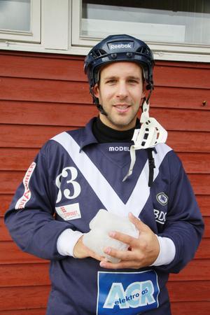 Rickard Fritjofsson håller i sin hand som han skadade vid en krasch med hemmamålet.