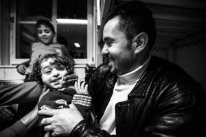 Lille Ward bjuder oss på tuggummi och busar sedan med sin pappa Yosef. Foto: Susanne Kvarnlöf