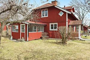 Klassiska och gemytliga Bergslagsbyn. 1,5 plansvilla med farstukvist och ett härligt inglasat uterum.