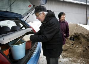 Ritva och Carl-Göran Alzén passade på att hämta sand i går när Tekniska förvaltningen hade extraöppet för alla som behövde sand till tomten och trottoaren. Bild: STIG NYSTRÖM