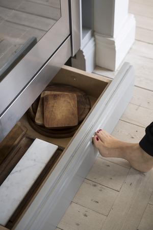 Under spisen finns en dold sockellåda som enkelt kan öppnas med foten.