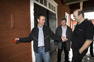 Reto Thalmann och Werner Grob, från det schweiziska mejeriföretaget Grob Ag, tillsammans med Wilhelm Tottie, till höger. Här ska mjölken tas in.Foto: Ulf Borin