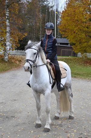När dottern Vilma Pettersson rider i skogen är pappa Jonny Nissilä orolig. Nu har han skapat en app som larmar om hon skulle ramla av ponnyn