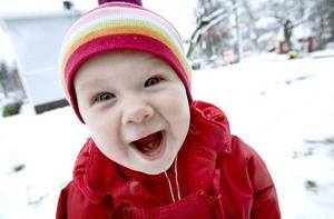 Snö för första gången! Ebba Åkerlund, 1 år, uttrycker sin förtjusning över snöpremiären.