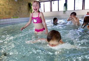 Femåringarna Sara Letterås och Ted Lusth trivs i den lilla bassängen.