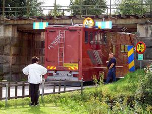 Hästtransporten fastnade mitt under järnvägen vid Kalvstigen.