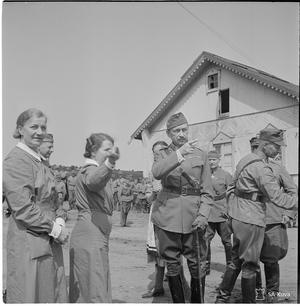 Marskalk Mannerheim diskuterar med Lottor i Karhumäki 1942. Foto: SA-Kuva