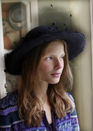 Johanna Larsson har haft hattutställningen som sommarjobb. Hennes egen favorit är en blåtonad, bredbrättad hatt med flor.Foto: Leif Gustavsson