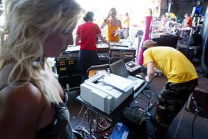 Artisten Velvet laddar inför sitt uppträdande samtidigt som producenten producenten Anders Olsson kollar körschemat.