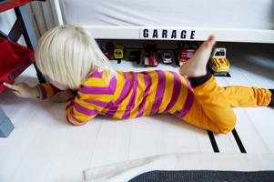 Benen är fulla i spring. Melker gillar att vara i sitt rum och bilarna är en av favoritleksakerna.