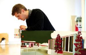 Jesper Blåder jobbar gärna med motiv som är uppbyggda i delar. Han drar sig inte för att såga itu tavlor för att hitta nya infallsvinklar till motiv. BILD: SAMUEL BORG