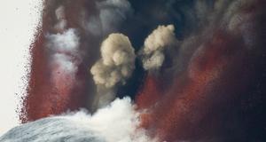 Snö och lava på Etna tidigare i år. Men lavan rann långsamt och inga skadades i utbrotten.