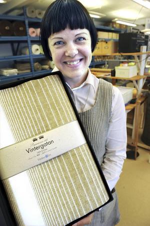 Hanna Bruce är ägare och vd för Växbo Lin. Här visar hon upp den linneduk som var Gävleborgs läns present till prinsessan Madeleine och Chris O'Neill vid deras bröllop 2013.