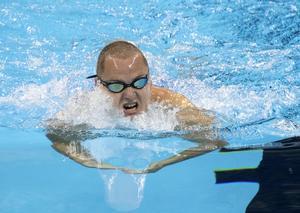 En suverän kämpainsats gav Karl Forsman guld på 100m bröstsim under Paralympics i Rio de Janeiro.