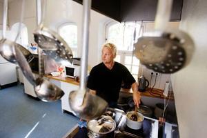 Jonny Adolfsson har arbetat som kock på förskolan i tio år och tycker att köket fungerar bra som det är utformat i dagsläget.             Enligt honom har de byråkratiska lagreglerna ingen praktisk betydelse  i verksamheten.  Foto: ulrika andersson