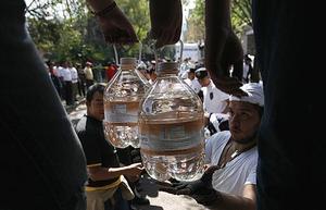 Läget är desperat i jordbävningsdrabbade Haiti. Trots stora hjälpinsatser räcker hjälpen inte till.