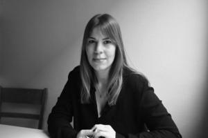 Författaren Caroline Hainer är själv uppväxt i Stockholmsförorten Hagsätra. Hon debuterade med relationsromanen