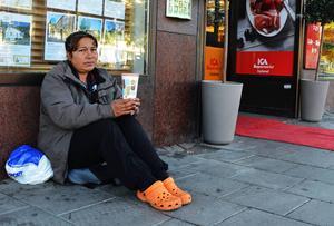 Mariana Moldovan från Rumänien tigger på gatorna i Sundsvall.