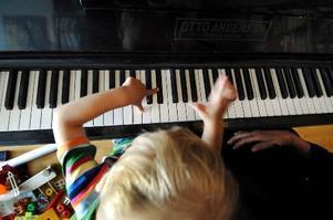 Att börja spela piano i tidig ålder utvecklar hjärnan.