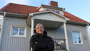 Christina Lerström utanför Hela Människan Ria-Västerbergslagens stugan på Fredsgatan i Ludvika.