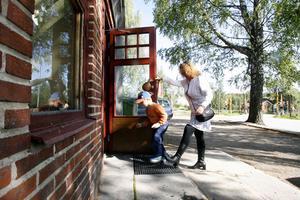 Folkets Hus föreningens ordförande Lotta Wiik och sonen Emil på väg in till den inbrottsdrabbade Folkan.