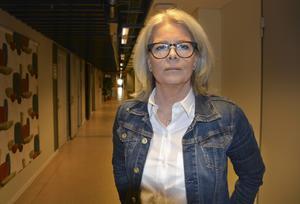 Eva Rönnbäck, verksamhetschef vid socialtjänsten i Sundsvall, berättar att projektet med kortare arbetstid för socialsekreterare ska genomföras trots att man tvingas till dyra stafettlösningar.