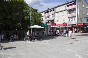 Här hamnde glasskiosken till slut. Både Rättviks glass och restaurang Comos ägare är nöjda med placeringen.