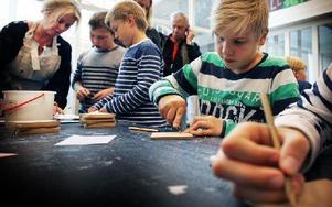 Eleverna var snabba att sätta i gång och teckna sina motiv. I bakgrunden museipedagogen Annacari Jadling-Ohlsson. Foto: Staffan Björklund