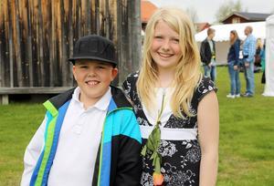 Fjärdeklassarna Kevin Kvarnström och Ida Persson hittade pengar på skolgården i vintras. Då ingen har frågat efter slantarna fick de slantarna.