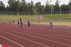 Här spurtar vinnaren Sixten Partanen i blått förbi tvåan Jacob Sundqvist.