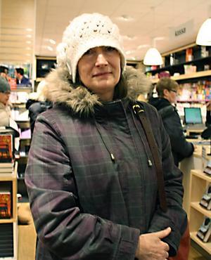 """Marie Håkansson, 57 år, egen företagare, Mullsjö– Det blev två stycken, """"Äkta vara"""" av Mats-Eric Nilsson, och sen en bok till min dotter. Det ska vara en present. Det var en ren slump att jag var in i dag. Jag har inte väntat på rean."""