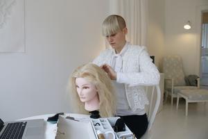 Ida Gerdemark med sin hårmodell Juni, som hon kallas.