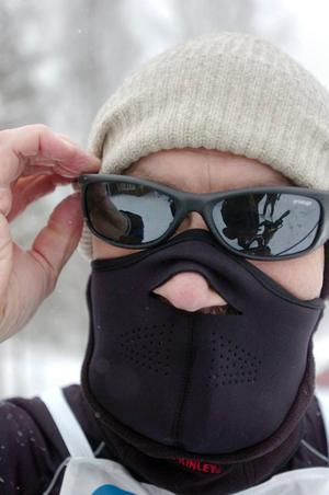 Jan Norlund har förberett sig väl inför loppet. Bakom masken och solglasögonen hoppades han kunna ignorera snön som ven i luften.
