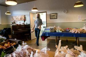 Tomas Ahlin är en av eldsjälarna som ser till att det delas ut mat på fredagarna.