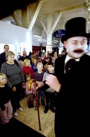 VISAR VÄGEN. Greve Axel von Tender leder in förväntansfulla barn och vuxna på spökteater bland vagnarna på Järnvägsmuseet.