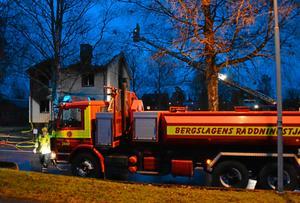 Det var denna villa som brann ned den 20 december. Nu sker teknisk undersökning av brandplatsen som har varit avspärrad av polis ända till nu.
