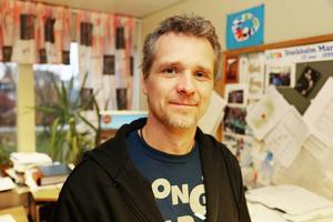 Henrik Ingvarsson har ett kontorsjobb som han kombinerar med att vara deltidsbrandman.