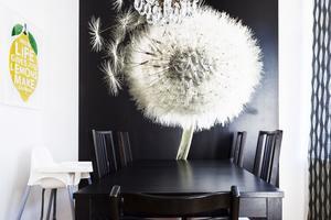 Det som hänger på väggarna hemma hos Elisabeth Byström och Johan Ernfors är noga utvalt.